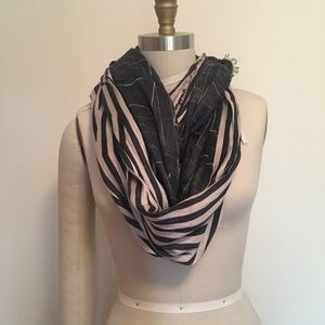 Cowl with modern graphic print